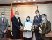 صور .. محافظ سوهاج يكرم 14 من العاملين بالمستشفيات والمجال الطبى
