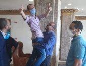 مدير مستشفى الطود للعزل الصحى يرقص فرحا بخروج أخر حالة مصابة بكورونا
