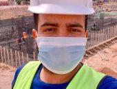 """كمامتك حمايتك.. """"خالد"""" يشارك بصورته خلال عمله ملتزما بالإجراءات الوقائية"""