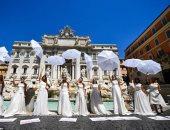 إيطاليات يتظاهرن بسبب تأجيل حفلات زفافهن بسبب إجراءات كورونا.. صور وفيديو