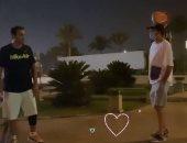 حوار كوميدى بين أحمد فهمى وعلى ربيع فى أول ظهور بعد إصابة الركبة.. فيديو