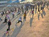 فتيات وشباب المنصورة يمارسون التمارين الرياضية وسط إجراءات الوقاية.. صور