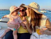 جنات تستمع بالإجازة الصيفية مع والدتها وابنتها الصغيرة أثناء حملها الثاني