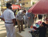 صور.. رئيس مدينة بلبيس يتابع الإجراءت الاحترازية فى أول يوم عمل بسوق الخميس
