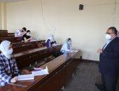 نائب رئيس جامعة عين شمس: الطالب يضع كراسة الإجابة بنفسه داخل الصناديق.. صور