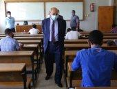 رئيس جامعة المنيا يتفقد امتحانات الحاسبات والآداب.. صور
