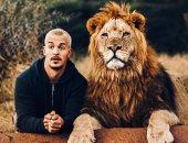 مروض الحيوانات شنايدر فى فوتوسيشن مع أسد.. ويعلق: الحيوانات لا تكذب