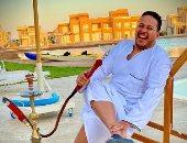 كريم عفيفى بالعباية والشيشة فى الجونة: محدش يقول لنجيب ساويرس والنبى 