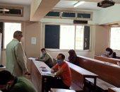 نائب رئيس جامعة بنها يتفقد امتحانات السنوات النهائية بالتجارة والعلوم.. صور