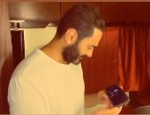 """تامر حسنى يستمع لأغنيته """"بتغيب"""" بصوت عمر كمال: الله يا عمور فنان حقيقي.. فيديو"""