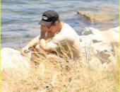 صور.. ريان دورسي زوج نايا ريفيرا السابق ووالد ابنها ييبكى أمام بحيرة بيرو