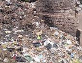 أهالى قرية اطنية بالمنيا يشكون تراكم القمامة امام كوبرى الشيخ عطية