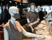 تباعد اجتماعى وعرض أزياء 2 × 1 بمطعم كندى وفق قواعد كورونا .. صور