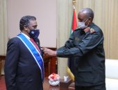 رئيس المجلس الانتقالي السودانى يمنح سفير الأردن وسام النيلين