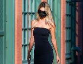 إميلي راتاجكوفكي تتنزه في شوارع نيويورك وتختار قناعها بنفس لون الفستان