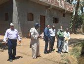 لجنة من الأبنية التعليمية تعاين قطعة أرض لبناء مدرسة تبرع بها الأهالى بإدفو