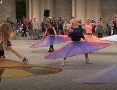 راقصون يقدمون عرضا يراعى قواعد التباعد بطريقة مبتكرة.. فيديو