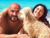 بصورة مع كلبها تيدي .. مجدى الهوارى وابنته مريم يستمتعان بإجازة على الشاطئ