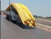 استهتار على الطريق السريع.. سائق نقل يضع مواسير أعلى سيارته تجحب الرؤية