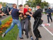 محتجون في روسيا البيضاء يقيمون حواجز لدى اشتباكهم مع الشرطة