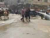 على طريقة الباشا تلميذ.. مجلس مدينة كفر الزيات يفض سوقا بخراطيم المياه (صور)