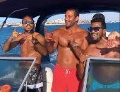 كهربا يستمتع بإجازة الصيف مع أصدقائه على متن قارب فى البحر.. صور