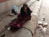 احنا معاك.. قارئ يشارك صورة سيدة بلا مأوى أسفل كوبرى قليوب