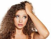 8 عادات خاطئة تدمر الشعر الكيرلى.. استخدام الفرشاة وقلة الترطيب أخطرها