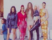 كل الألوان فى صورة جديدة تجمع فتيات آل كاردشيان المثيرات