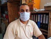 """بالكمامة.. """"محمد"""" يلتزم بالإجراءات الوقائية داخل مقر عمله"""
