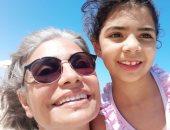 سوسن بدر بصورة سيلفى مع حفيدتها: أخيرا خرجنا أنا ومايا على البحر