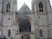 """فرنسا تستيقظ على حريق واحد من أهم المعالم الدينية.. اللهب يلتهم واجهة كاتدرائية نانت التاريخية.. وعمدة المدينة يشيد بفرق الإطفاء.. والشرطة القضائية تتولى التحقيق.. والمدعى العام لا يستبعد فرضية """"عمل إجرامى"""""""