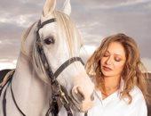 ليلى علوى فى عشق ركوب الخيل: أشعر بالبهجة والارتياح مع الخيول منذ طفولتى.. صور