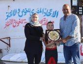 الشاذلي يكرم أسرة الشهيد منسي بدرع اتحاد الغوص والإنقاذ