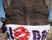 """مسئولون بجنوب أفريقيا يضعون """"كمامة"""" على تمثال مانديلا للتوعية بمخاطر كورونا"""