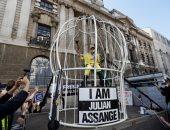 مصممة أزياء مشهورة تتظاهر فى قفص كنارى أمام محكمة بلندن لإطلاق سراح جوليان أسانج