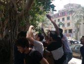 صور.. طلاب الثانوية العامة بالجيزة يحتفلون أمام اللجان بانتهاء الامتحانات