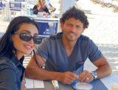 شاهد.. حسام غالى بصحبة زوجته أثناء تناول الإفطار على شاطئ البحر