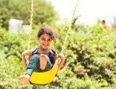 صورة اليوم.. لسة الطيور بتفن والطفل ضحكه يرن مع إن مش كل البشر فرحانين
