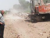 صور.. رئيس مدينة إسنا يقود حملات نظافة على الطريق الغربى