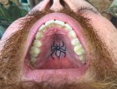 """""""الدنيا جرالها ايه"""".. بلجيكى يتخصص فى رسم الوشم """"داخل الفم"""".. إندى فويت احترف وضع """"التاتو"""" بأماكن غير تقليدية بالجسم منذ 10 سنوات.. ويزعم: 90% ممن خاضوا التجربة يؤكدون أنه """"غير مؤلم"""".. وطبيب: قد ينقل كورونا"""