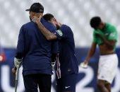 شاهد.. نيمار يساعد مبابى المصاب على ارتداء الميدالية بعد التتويج بكأس فرنسا