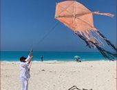 هالة صدقى تستمتع بإجازتها على البحر بطائرة ورقية: الحبل قصير والطائرة تقيلة