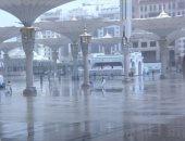 سقوط أمطار بساحات المسجد النبوى في المدينة المنورة .. فيديو وصور