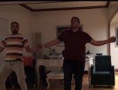 أكرم حسنى يشارك جمهوره بروفات رقصة أغنية مر عليها 3 سنوات.. فيديو