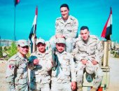 """كلنا جيش مصر.. """"أحمد"""" يشارك صحافة المواطن صورته بالزى العسكرى مع زملائه"""