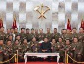 زعيم كوريا الشمالية يقدم مسدسات تذكارية للقادة العسكريين بذكرى الهدنة.. صور