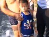 طفل ينجو من الموت بعد سقوطه فى كهف أثناء السباحة فى نهر بالصين.. فيديو