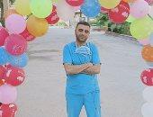 الجيش الأبيض.. محمد فيالة بمستشفى كفر الدوار للحجر يحتفل بانخفاض الإصابات