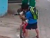 توني وكلبه والكمامة.. قصة حب بين طفل إكوادوري في زمن كورونا.. فيديو وصور